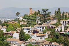 Granada - der Blick zum Albayzin-Bezirk und zur Heiliges Crostobal-Kirche von Alhambra Stockfoto