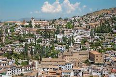 Granada - der Blick zum Albayzin-Bezirk und zur Sankt- Nikolauskirche von Alhambra Lizenzfreie Stockbilder