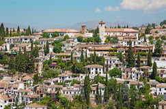 Granada - der Blick zum Albayzin-Bezirk und zur Sankt- Nikolauskirche von Alhambra Stockbilder