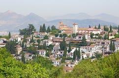 Granada - der Blick zum Albayzin-Bezirk und zur Sankt- Nikolauskirche von Generalife-Gärten von Alhambra Stockbild