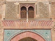 Granada - der externe Stuck und die Fliesen auf dem des Tors in Alhambra-Palast Lizenzfreie Stockfotos