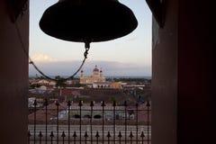 Granada en klok stock foto