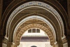 GRANADA, ESPAÑA - 10 DE FEBRERO DE 2015: Una opinión del primer a los detalles adornados de una arcada en el palacio de Alhambra, Foto de archivo