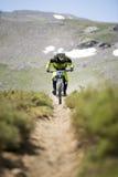 GRANADA, ESPANHA - 30 DE JUNHO: O piloto desconhecido na competição da bicicleta em declive Bull da montanha bikes AO 2013 do copo Imagens de Stock