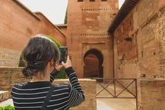 Granada, Espanha - 5/6/18: Paredes e detalhes alaranjados bonitos da argila alhambra imagens de stock royalty free