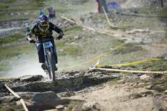 GRANADA HISZPANIA, CZERWIEC, - 30: Niewiadomy setkarz na rywalizaci halny zjazdowy roweru byk jechać na rowerze filiżanki DH 2013, zdjęcia royalty free