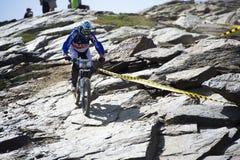GRANADA HISZPANIA, CZERWIEC, - 30: Niewiadomy setkarz na rywalizaci halny zjazdowy roweru byk jechać na rowerze filiżanki DH 2013, zdjęcie stock