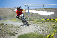 GRANADA HISZPANIA, CZERWIEC, - 30: Niewiadomy setkarz na rywalizaci halny zjazdowy roweru byk jechać na rowerze filiżanki DH 2013, obraz stock