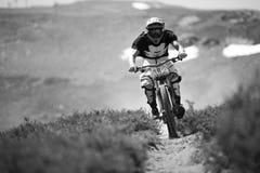 GRANADA HISZPANIA, CZERWIEC, - 30: Niewiadomy setkarz na rywalizaci halny zjazdowy roweru byk jechać na rowerze filiżanki DH 2013, zdjęcie royalty free