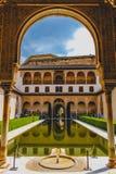 Granada, Hiszpania - 5/6/18: Patio de Comares, Nasrid pałac, Alhambra zdjęcia royalty free