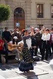 GRANADA, HISZPANIA 10th MARZEC 2019: Flamenco tancerz tanczy dla turystów w placu Nueva zdjęcie stock