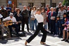 GRANADA, HISZPANIA 10th MARZEC 2019: Flamenco tancerz tanczy dla turyst?w w placu Nueva fotografia stock