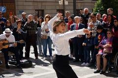 GRANADA, HISZPANIA 10th MARZEC 2019: Flamenco tancerz tanczy dla turyst?w w placu Nueva zdjęcie royalty free