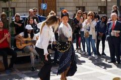 GRANADA, HISZPANIA 10th MARZEC 2019: Flamenco tancerz tanczy dla turyst?w w placu Nueva obraz royalty free