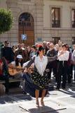 GRANADA, HISZPANIA 10th MARZEC 2019: Flamenco tancerz tanczy dla turyst?w w placu Nueva zdjęcia royalty free