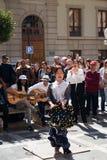 GRANADA, HISZPANIA 10th MARZEC 2019: Flamenco tancerz tanczy dla turyst?w w placu Nueva obraz stock