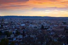 Granada im Sonnenuntergang vom Berg Stockbild