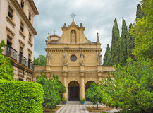 Granada - kapell av den Colegio borgmästaren Isabel la Catolica Arkivfoton