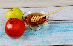 Granada, manzana y miel, comida tradicional de la celebración judía del Año Nuevo, Rosh Hashana Imagen de archivo libre de regalías