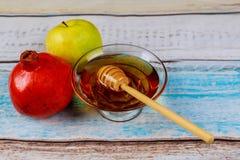 Granada, manzana y miel, comida tradicional de la celebración judía del Año Nuevo, Rosh Hashana Imagenes de archivo