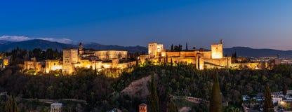 Granada mit dem Alhambra in der blauen Stunde stockfoto