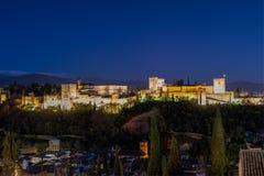 Granada mit dem Alhambra in der blauen Stunde lizenzfreies stockbild