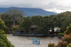 GRANADA/NICARAGUA - JANUARI 2015: Touristic fartyg som besöker isla arkivbilder