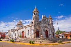 GRANADA, NICARAGUA, MAYO, 14, 2018: Vista magnífica al aire libre de la fachada de la iglesia colonial española blanca de Guadalu Imagen de archivo libre de regalías