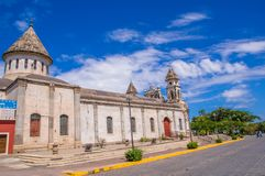 GRANADA, NICARAGUA, MAYO, 14, 2018: Vista magnífica al aire libre de la fachada de la iglesia colonial española blanca de Guadalu Foto de archivo