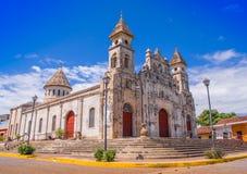 GRANADA, NICARAGUA, MAYO, 14, 2018: Vista magnífica al aire libre de la fachada de la iglesia colonial española blanca de Guadalu Foto de archivo libre de regalías