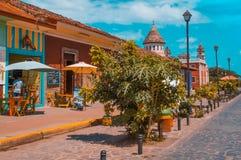 GRANADA NIKARAGUA, KWIECIEŃ, - 28, 2016: Plenerowy widok restauracje w pięknych kolorowych budynkach i koloniście z rzędu Zdjęcie Royalty Free