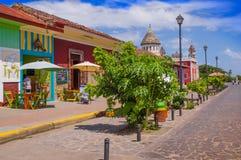 GRANADA NIKARAGUA, KWIECIEŃ, - 28, 2016: Plenerowy widok restauracje w pięknych kolorowych budynkach i koloniście z rzędu Zdjęcia Stock