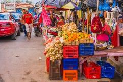 GRANADA, NIKARAGUA, MAJ, 14, 2018: Niezidentyfikowani ludzie chodzi i ulica rynek opóźnia przy kolorową ulicą wewnątrz obrazy royalty free