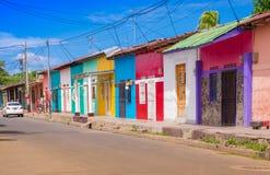 GRANADA, NIKARAGUA, MAJ, 14, 2018: Piękny plenerowy widok rząd kolorowi domy w centralnym mieście w dowtown, w a zdjęcie stock