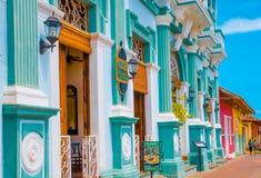 GRANADA, NIKARAGUA, MAJ, 14, 2018: Plenerowy widok fasadowi budynki z turkusu ściennym i drewnianym drzwi w historycznym zdjęcie stock