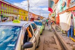 GRANADA, NIKARAGUA, MAJ, 14, 2018: Samochody czeka w ruchu drogowym podczas gdy niezidentyfikowani ludzie chodzą w ulicie zdjęcie royalty free