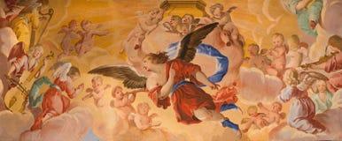 Granada - o detalhe de fresco dos ângulos no santuário barroco (santuários Sanctorum) na igreja Monasterio de la Cartuja foto de stock