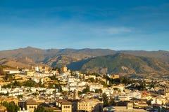 Granada och toppiga bergskedjan Nevada Mountains, Spanien Royaltyfria Foton