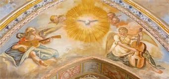 Granada - os fresco dos anjos com os instrumentos de música na nave do homem na igreja Monasterio de San Jeronimo Fotos de Stock Royalty Free