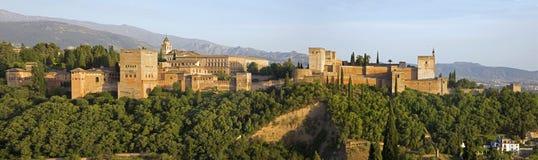 Granada - panoraman av den Alhambra slotten och fästningen royaltyfri foto
