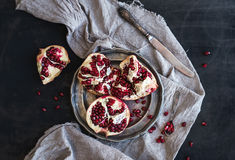 Granada madura roja foto de archivo imagen 63308175 for Maduras en la cocina
