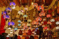 granada Souvenirladen mit mehrfarbigen Lichtern lizenzfreie stockfotos