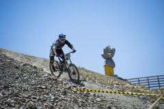 GRANADA, SPAGNA - 30 GIUGNO: Il corridore sconosciuto sulla concorrenza del toro in discesa della bici della montagna bikes il DH  fotografie stock