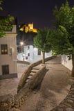 GRANADA, SPANI - 28. MAI 2015: Der Gang in Albayzin-distrit nachts und in Alhambra im Hintergrund Stockfotografie