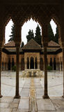 GRANADA, SPANIEN - 10. FEBRUAR 2015: Ein Torbogen zum Gericht der Löwen mit Brunnen an Alhambra-Palast, Granada, Andalusien Lizenzfreie Stockbilder