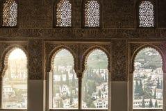 GRANADA, SPANIEN - 10. FEBRUAR 2015: Eine Ansicht zu den alten weißen Häusern von Granada durch ein Fenster verziert mit Kalligra Stockbild