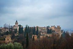 GRANADA, SPANIEN - 10. FEBRUAR 2015: Eine ikonenhafte Ansicht des berühmten Palastes und der Festung Alhambra in Granada Lizenzfreies Stockbild