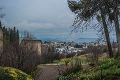 GRANADA SPANIEN - FEBRUARI 10, 2015: En sikt till den Granada staden och torn av en slott av Granada på regnig molnig dag för vin Arkivbild