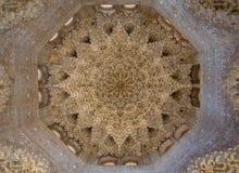 GRANADA, SPANIEN - März 2018: Bögen und Spalten von Alhambra Es ist ein Palast- und Festungskomplex, der in Granada gelegen ist Lizenzfreie Stockbilder