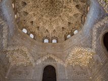 GRANADA, SPANIEN - März 2018: Bögen und Spalten von Alhambra Es ist ein Palast- und Festungskomplex, der in Granada gelegen ist Stockfotografie